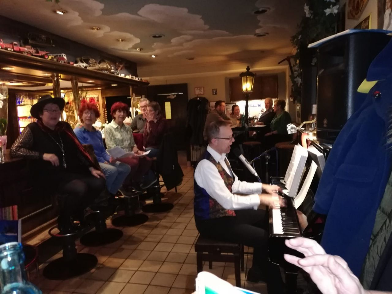 chorissimo im Restaurant Mutter Hoppe in Berlin singt berliner Lieder